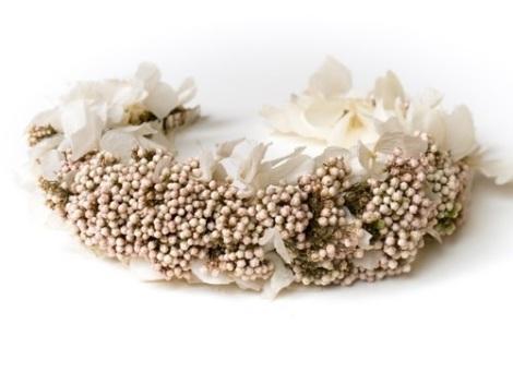Tocado de flores blancas liofilizadas